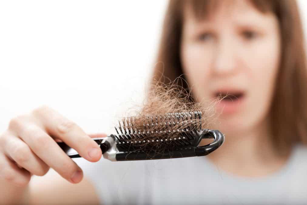 włosy na grzebieniu