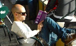 łysy mężczyzna czyta książkę