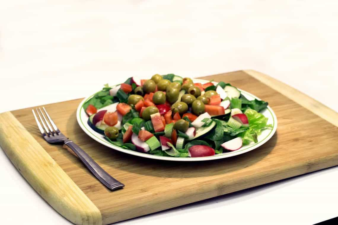 Sałatki na odchudzanie – 3 niskokaloryczne przepisy, które pomogą ci okiełznać apetyt