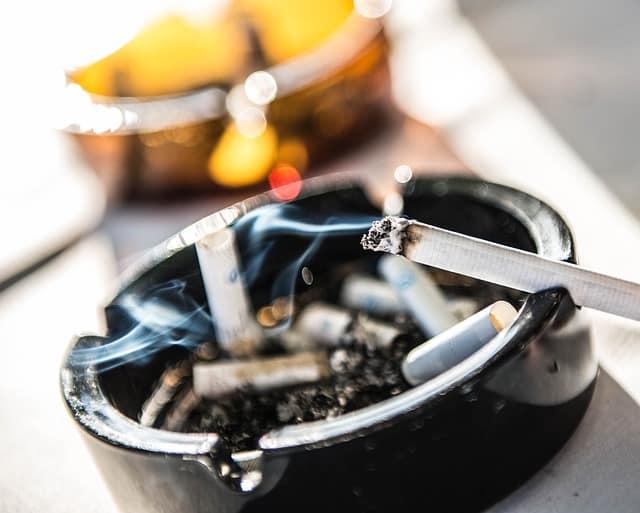 papieros w popielniczce