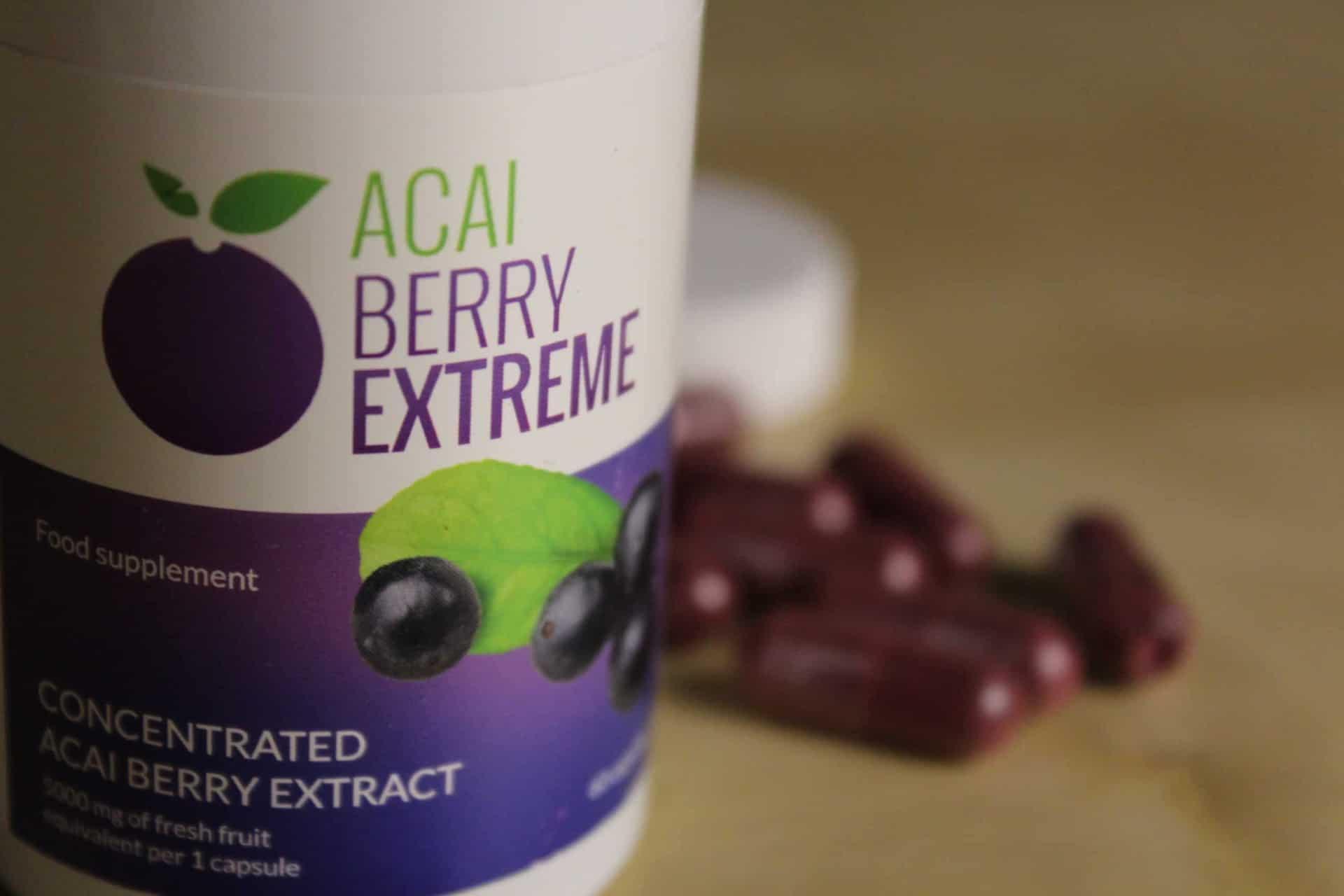 Acai Berry Extreme tabletki rozsypane na stole