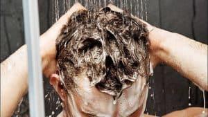 mycie włosów pod prysznicem