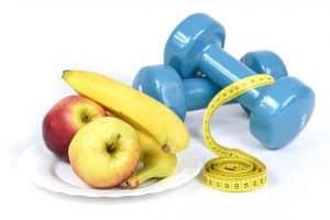jabłka banany miara krawiecka i hantle
