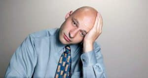 smutny łysy mężczyzna