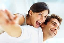 uśmiechnięta kobieta i mężczyzna