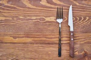 widelec i nóż na drewnianym blacie