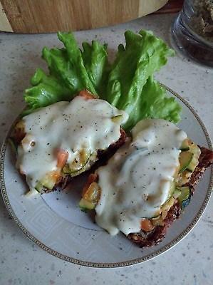 tosty z warzywami i mozarellą