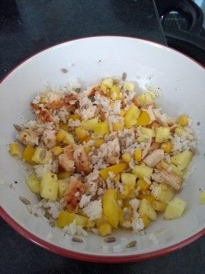 Sałatka z ryżu, kurczaka i ananasa
