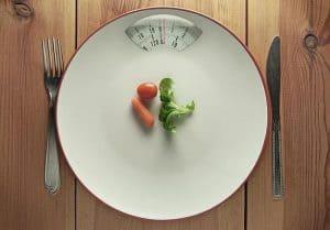 warzywa i sztućce na wadze