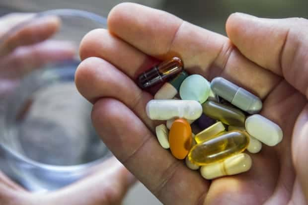 tabletki leżące na ręce