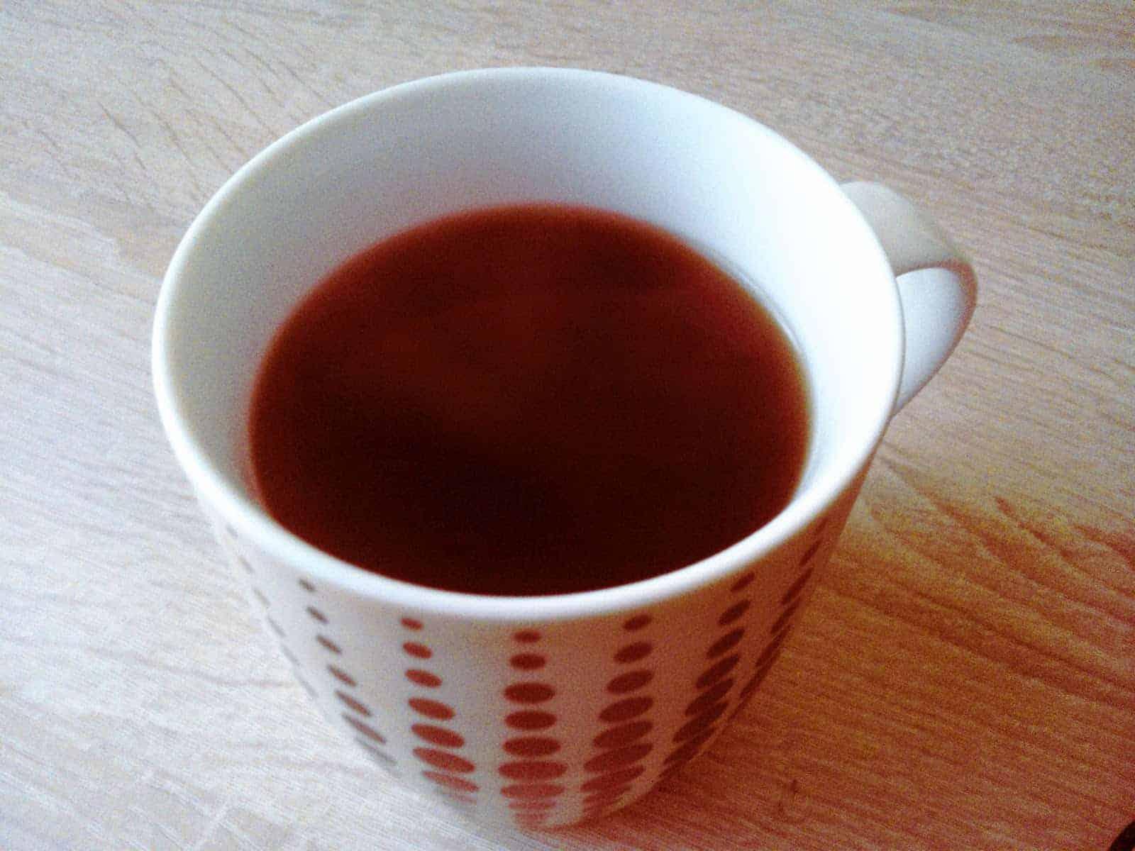 kubek czerwonej herbaty