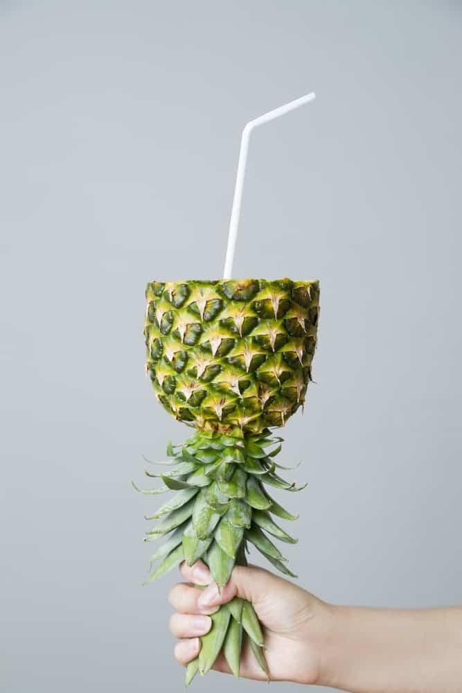 ananas ze słomką