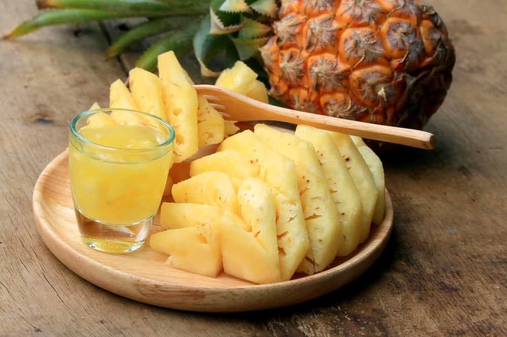 owoce i sok z ananasa