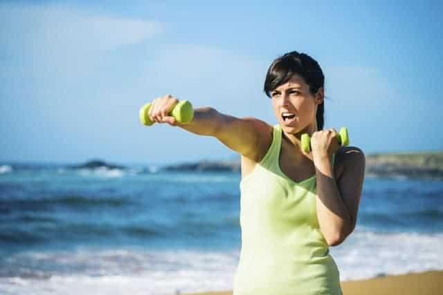 Ćwiczenia z hantlami – skuteczny sposób na wymodelowaną sylwetkę