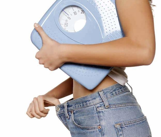 szczupła kobieta z wagą