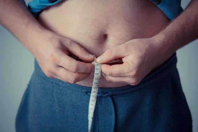 mężczyzna mierzy obwód brzucha