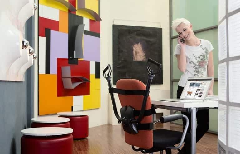 kobieta rozmawia przez telefon w biurze