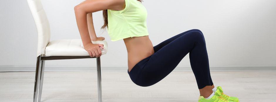 kobieta ćwiczy prz kreśle
