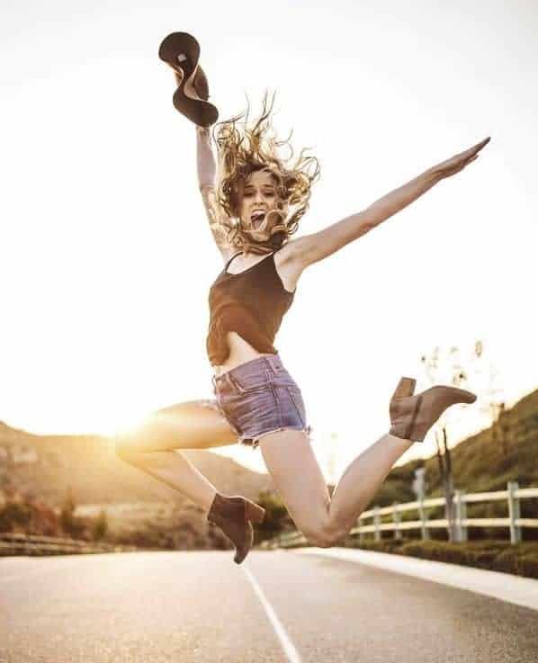 kobieta skacze