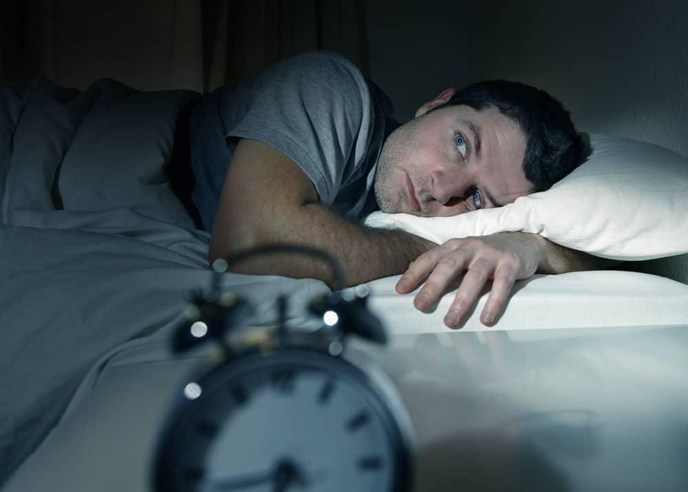 mężczyzna nie może zasnąć
