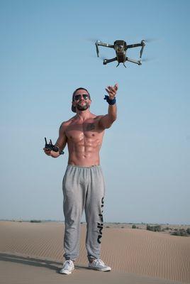 mężczyzna puszcza drona