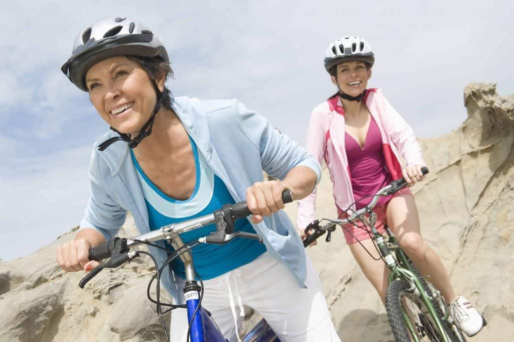 kobiety jadące na rowerach