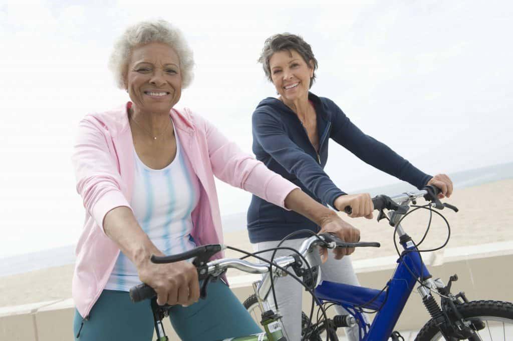 kobety jeżdżące na rowerach
