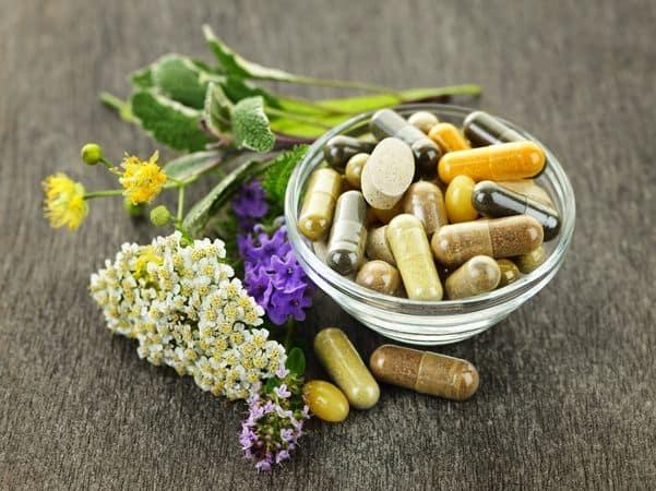 tabletki ziołowe w miseczce