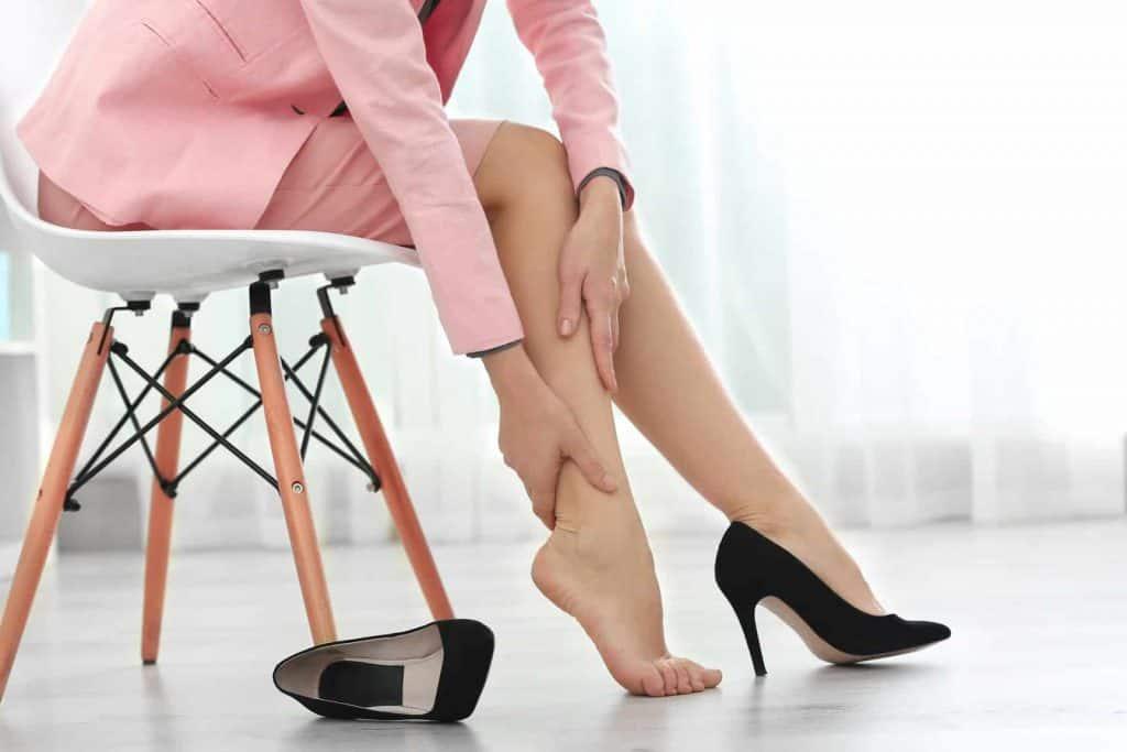kobieta masuje nogę