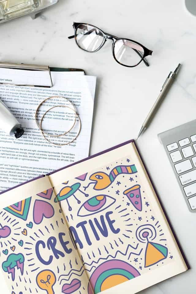 książka, papiery i okulary na biurku