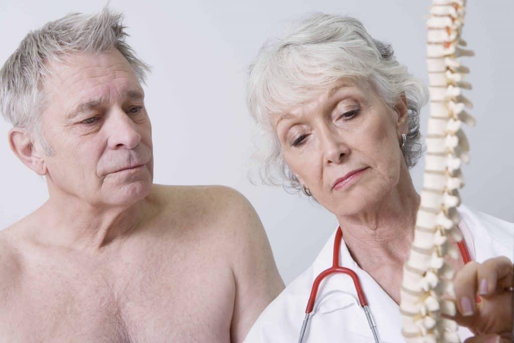 lekarka prezentuje budowę kręgosłupa