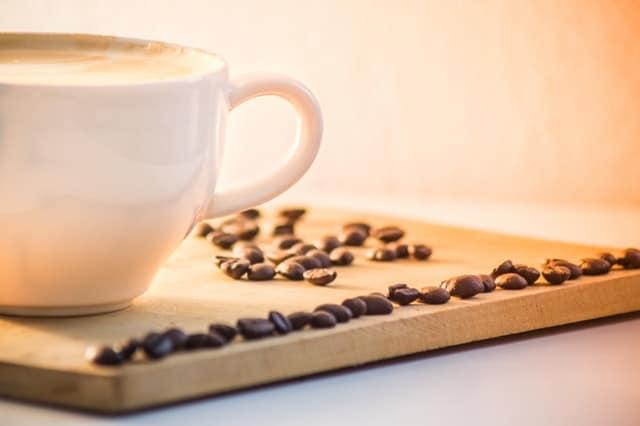 ziarna kawy i filiżanka kawy