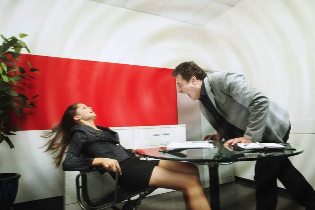 szef krzyczy na pracownicę
