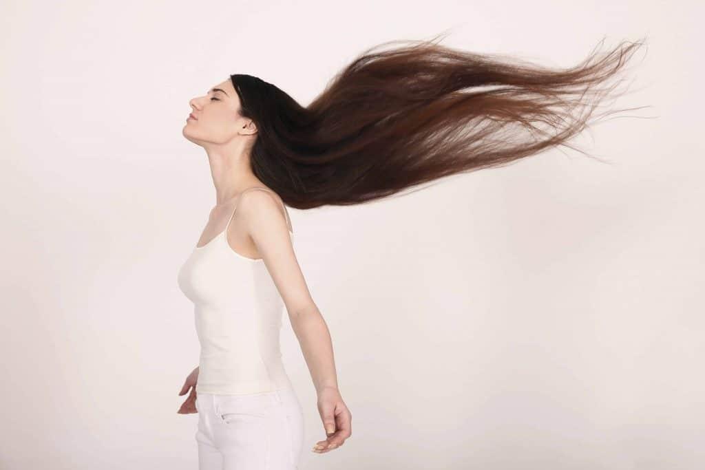 kobieta z długimi rozwianymi włosami