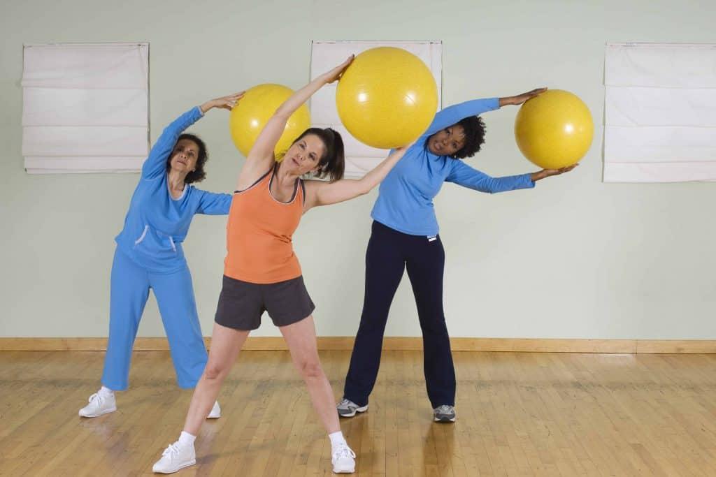 ćwiczenia pilates z piłką