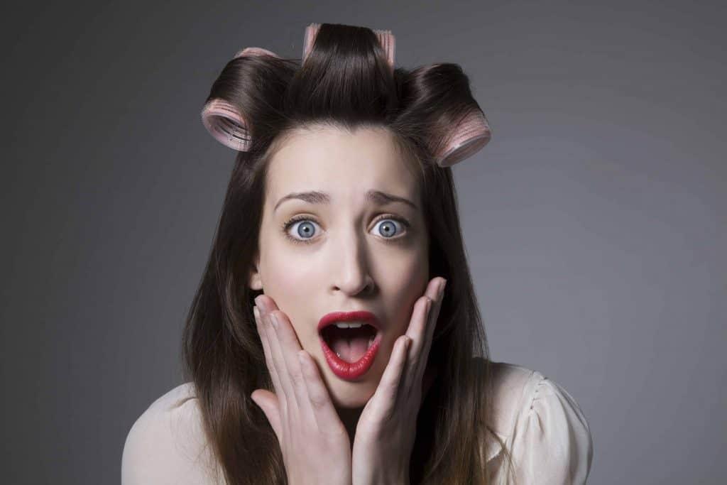 przestraszona kobieta z wałkami na głowie