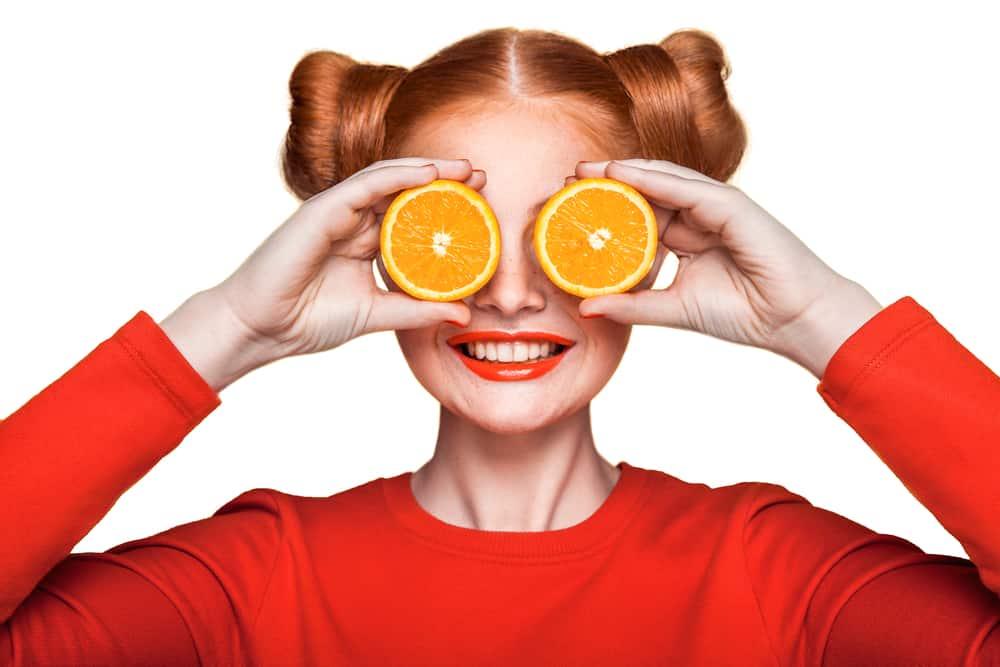 kobieta z owocami pomarańczy