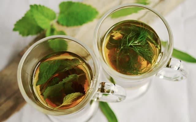ziołowa herbata w szklankach