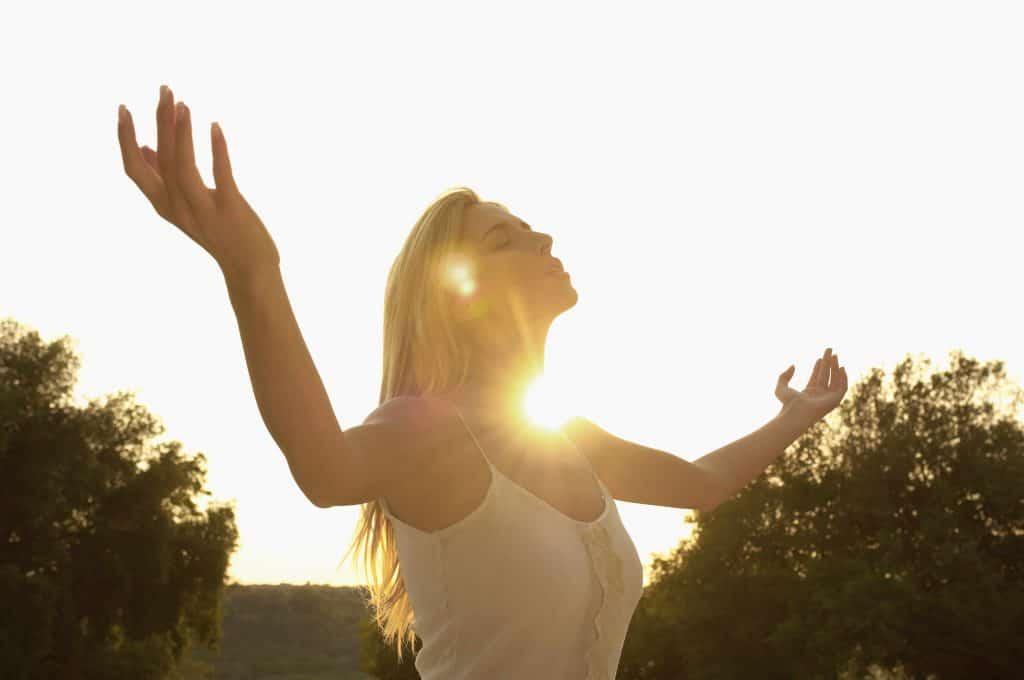 kobieta na tle słońca