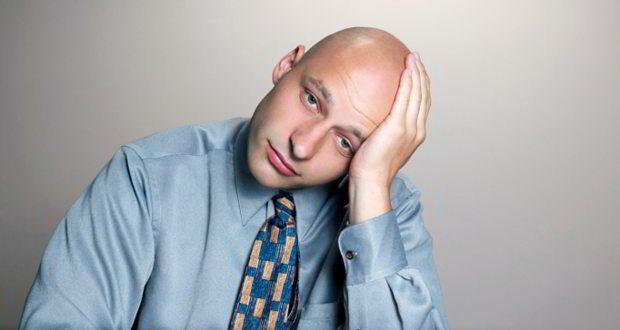 łysy smutny mężczyzna
