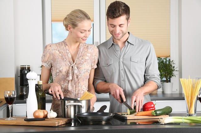 kobieta i mężczyzna w kuchni