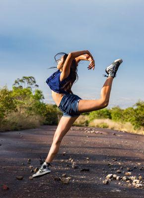 ćwicząca kobieta na drodze