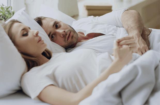 kobieta i mężczyzna w sypialni
