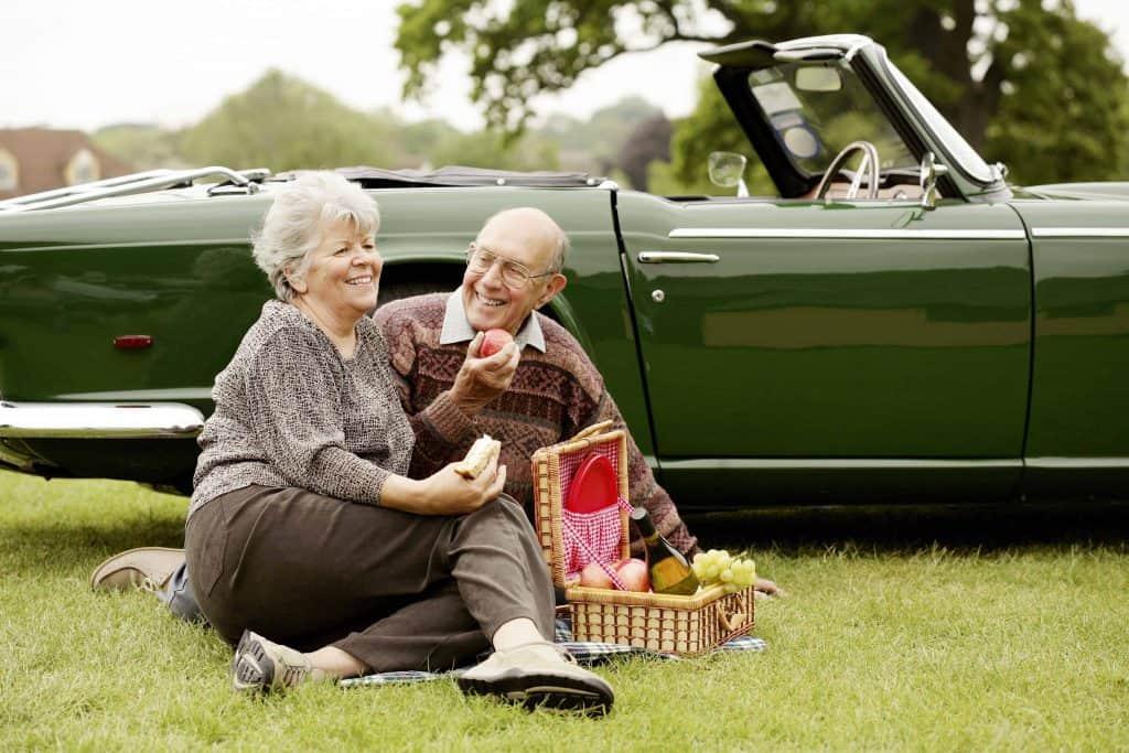 starsze małżeństwo na pikniku