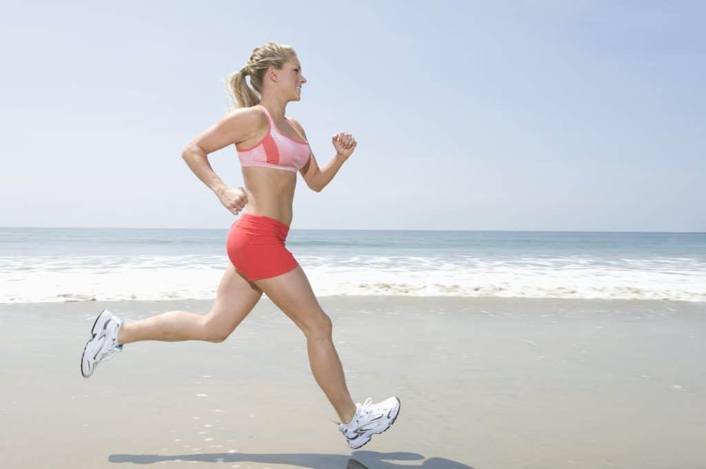 Biegnąca kobieta w stroju sportowym