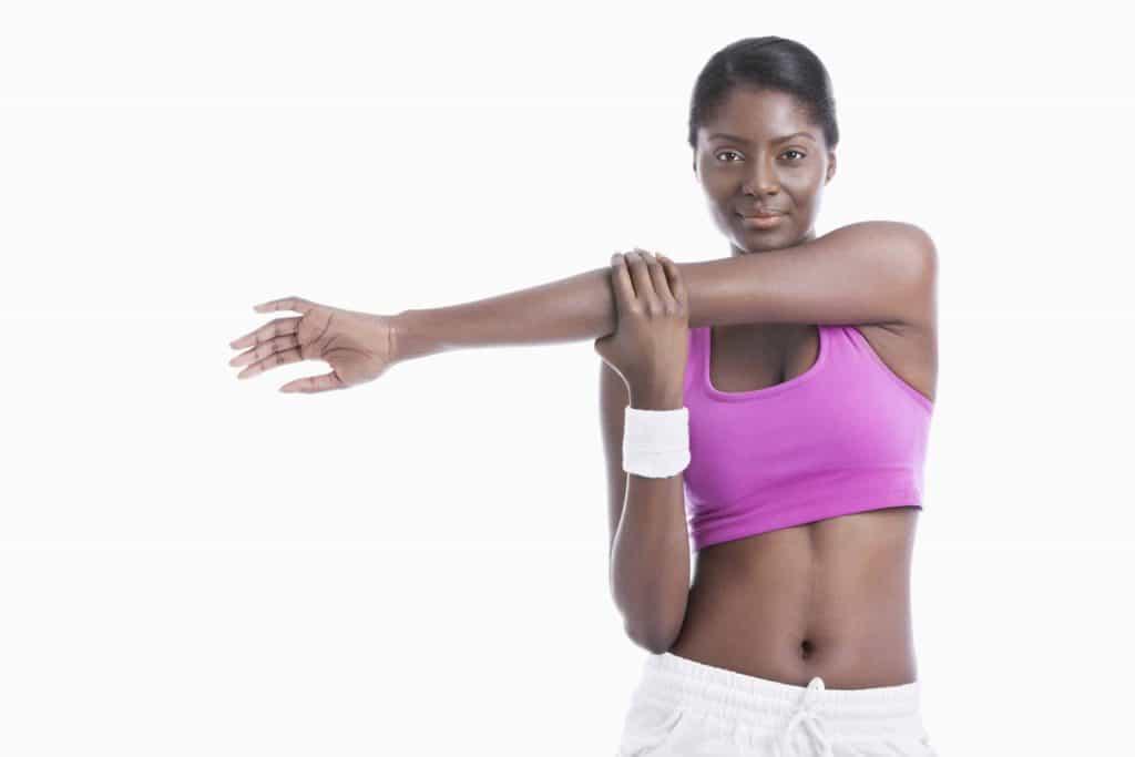KObieta rozciąga mięśnie barków