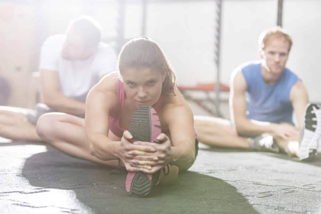 Sportowcy rozciągają się przed treningiem