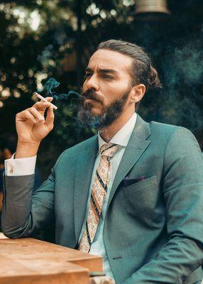 meżczyna pali papierosa