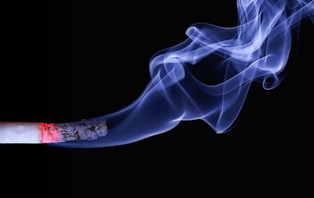 zapalony papieros