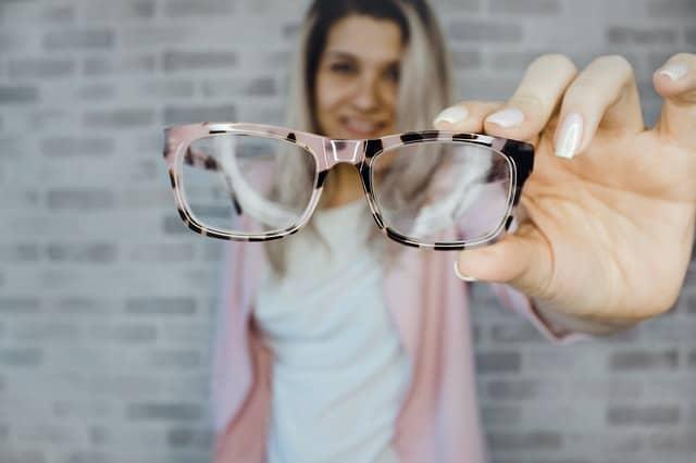 kobieta trzyma okulary